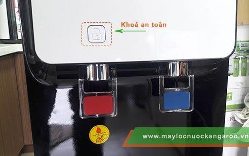 """Bạn phải đồng thời ấn vòi nóng và ấn nút mở khoá mới có thể lấy được nước nóng để sử dụng. Đây là """"chìa khoá"""" tăng độ an toàn cho sản phẩm, đặc biệt là đối với các gia đình có trẻ nhỏ."""